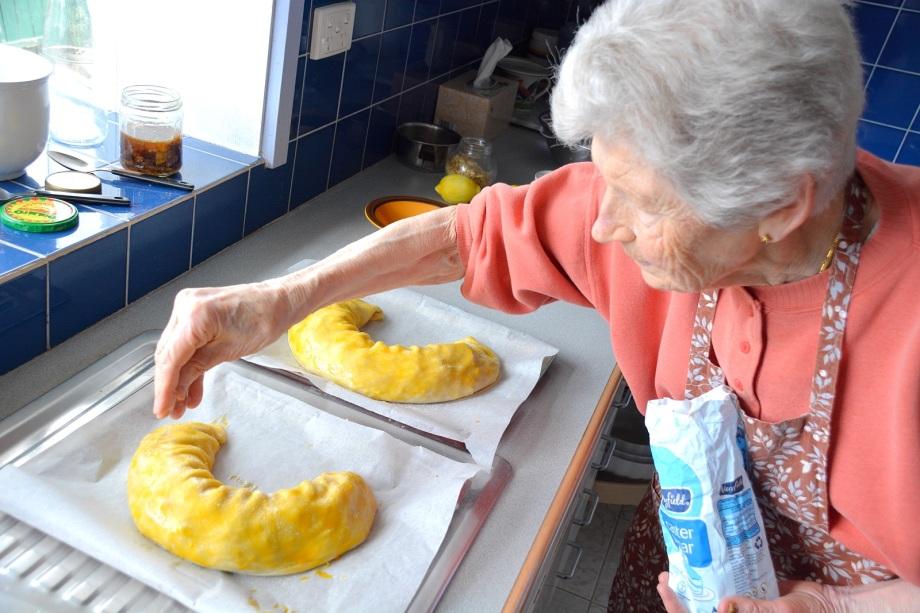 mamma adding sugar to the strudel